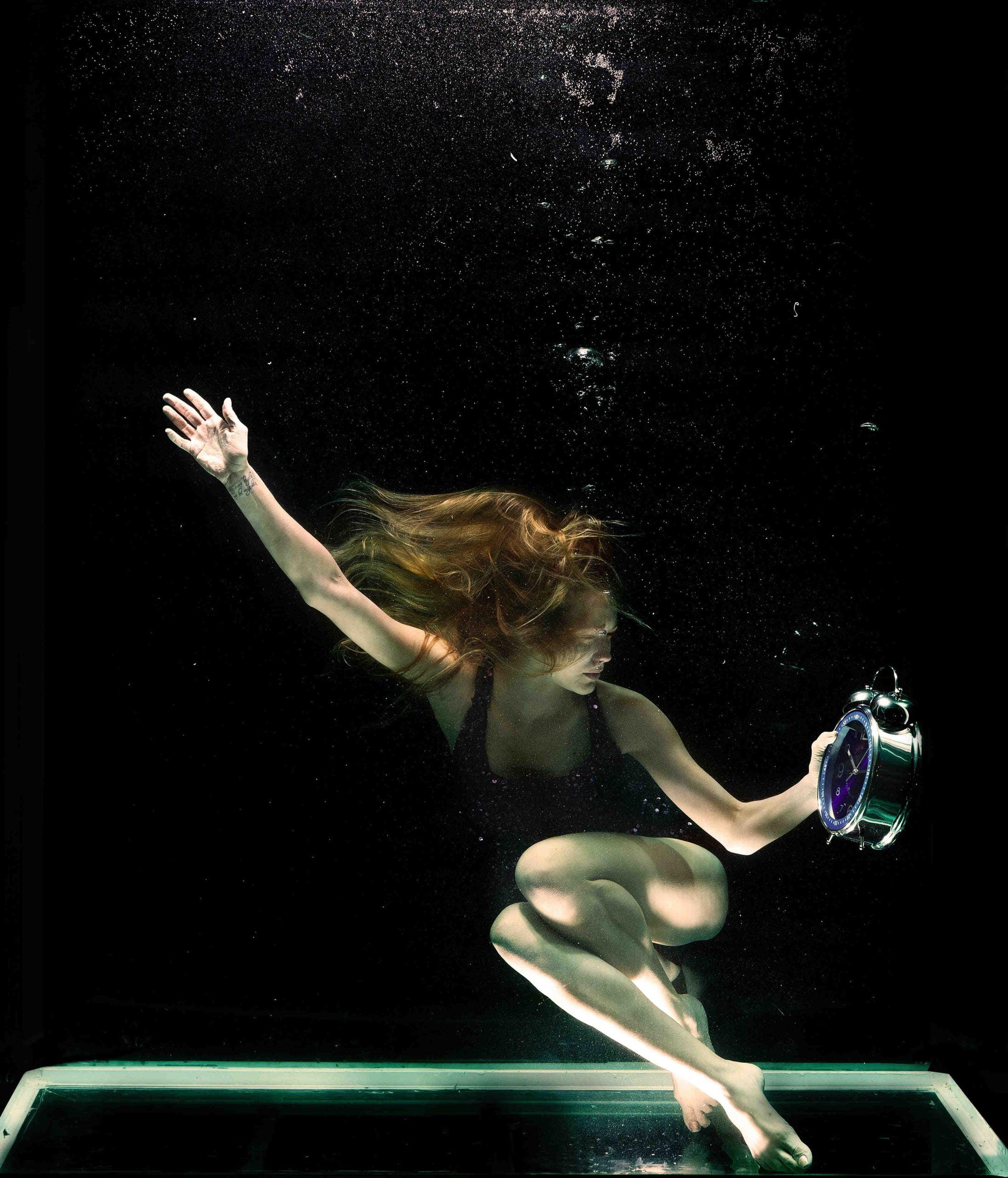 mujer en tanque agua tratada